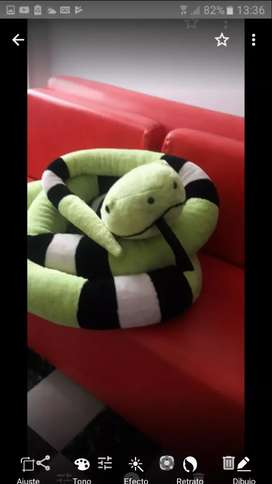 Hermosa serpiente de peluche