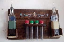 Especiero artesanal en madera con 4 tubos y dos botellas