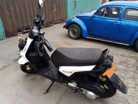 Moto en perfecto estado, con amortiguadores nuevos, 2 faros halogenos extras, seguro de llanta, 2 cascos. Sin SOAT.
