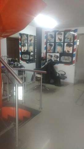 Una mujer que sepa de uñas y peluqueria salario 50 y 50