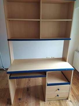 escritorio con alzada para estanteria y cajonera