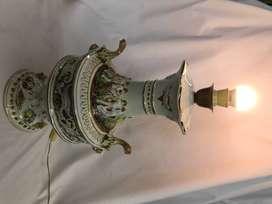 LAMPARA DE MESA R. CAPODIMONTE ITALY, PORCELANA DECORADA CON LEONES