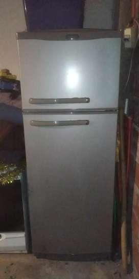 Heladera con Freezer en excelente estado, le falta cargar gas STANDARD ELECTRIC