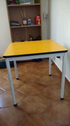 Vendo mesa y 2 sillas para niños