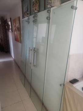 Puerta corredisa en acero y vidrio templado