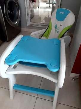 Escritorio. Mesa y silla para niños