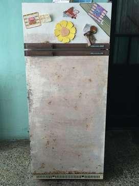 Heladera Usada con detalles para pintar Sin Freezer de 334 Lts funciona!!!