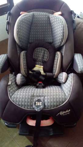 Asiento convertible para carro Safety 1st Alpha Elite 65 para la seguridad de bebes hasta niños de 65 libras.