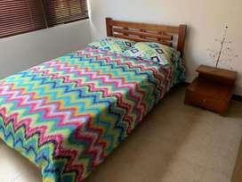 cama con mesa de  noche en madera 6 años de antiguedad
