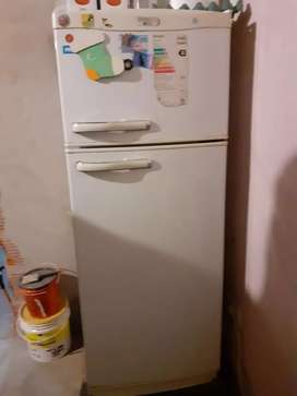 Vendo heladera el frezzer anda perfecto pero abajo no enfría