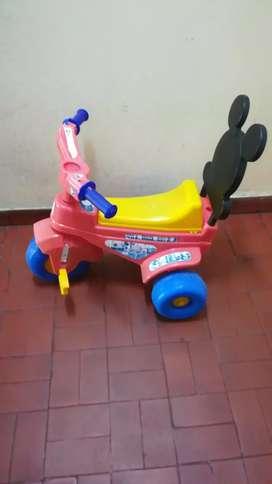 Hermoso triciclo de plástico muy bien. Cuidado