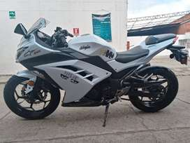 Moto Kawasaki blanca,ninja 300