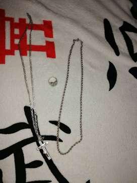 Joyas en plata 925 peso 73 gramos 2 cadenas,, un Cristo, y un anillo con incrustaciones en circon y santo en medio