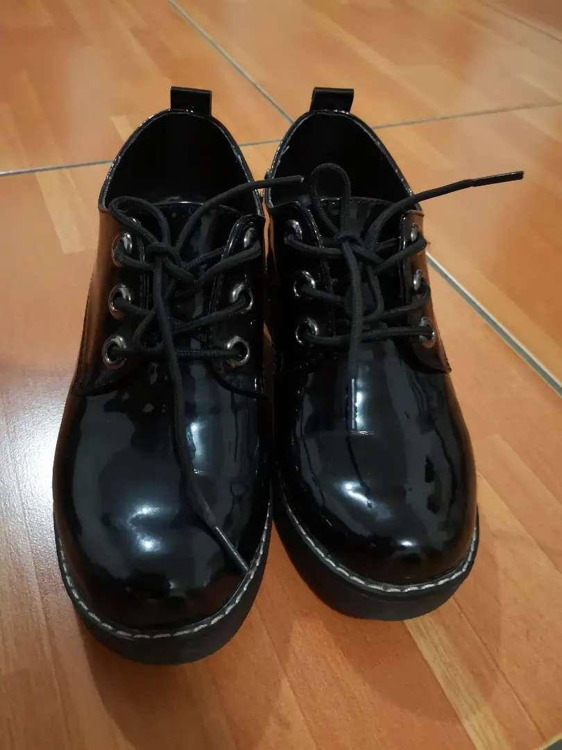Zapatos de charol negros 0