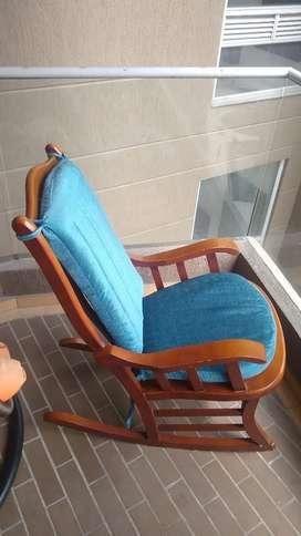 Vendo silla mecedora de madera con cojines