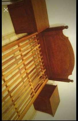 Vendo cama enchapada en cedro y 2 mesas de luz de cedro ,todo lustrado ,impecable!!