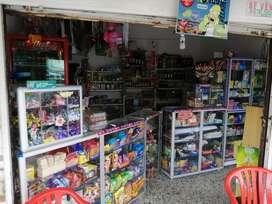 Se vende montaje para tienda con productos y vitrinas