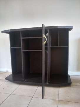 Mueble múltiuso para el televisor o para poner libros y adornos etc. En excelente estado!!