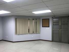 EN VENTA OFICINA EN CUENCA DE 35 M2 CON PARQUEO SECTOR COMERCIAL (AVE. 1RO DE MAYO)