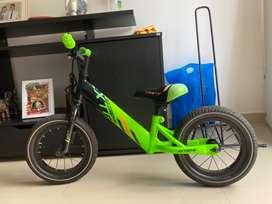 Bicicleta usada  de impulso sin pedales