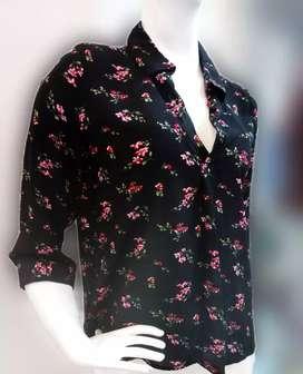 Blusa negra con flores