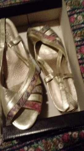 vendo zapatos dorados valerio 40