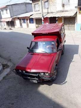 Datsun 1500 con caseta metálica.