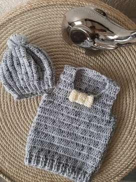 Conjunto chaleco con corbatin y gorro tejidos para bebé