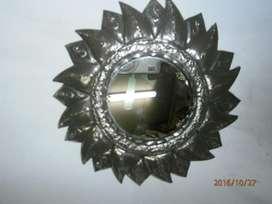 Espejo pequeño forma sol en latón repujado niquelado mide diam 16cms,