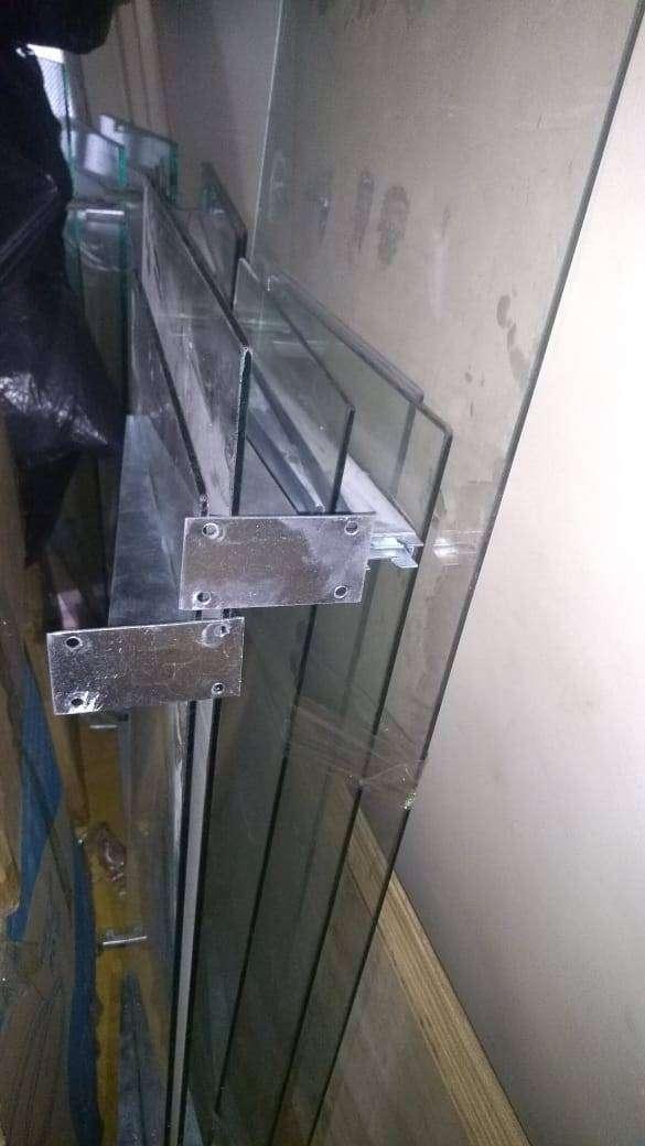 vidrios estantes y canasta
