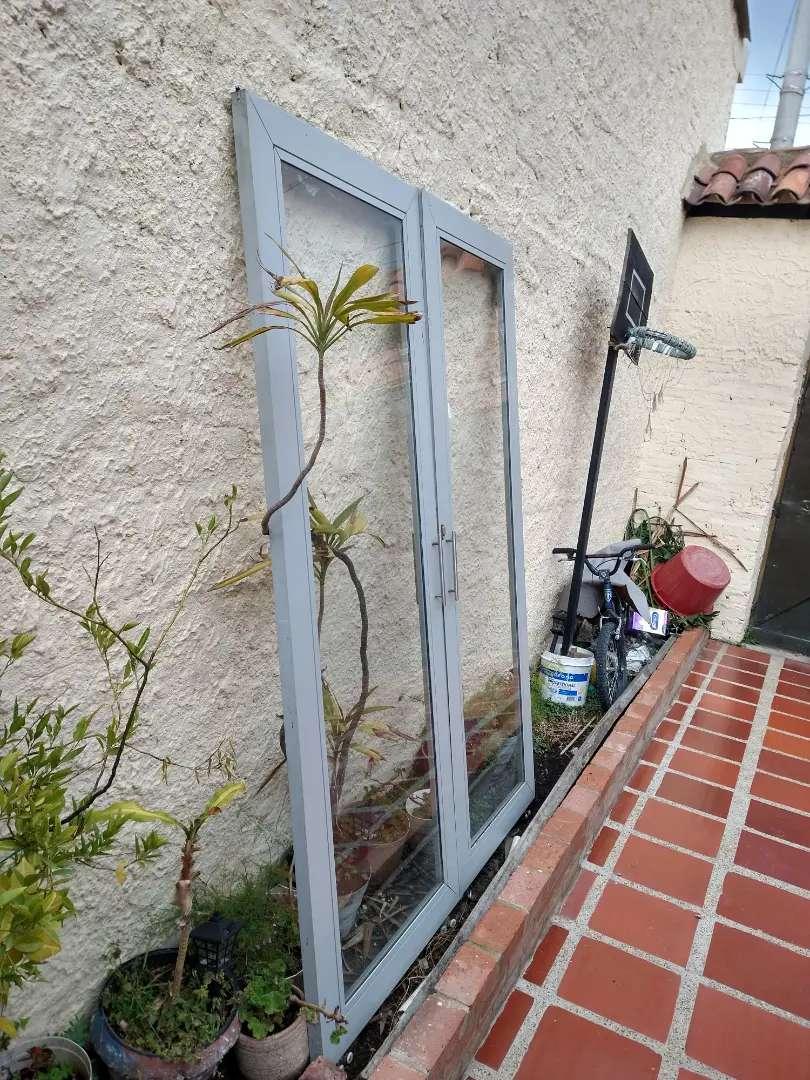 Puerta de vidrio en aluminio
