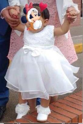 Vestido bautizo niña una postura