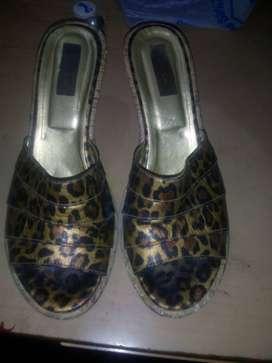 Vendo un para de sandalias y un par de zapatos en buen estado