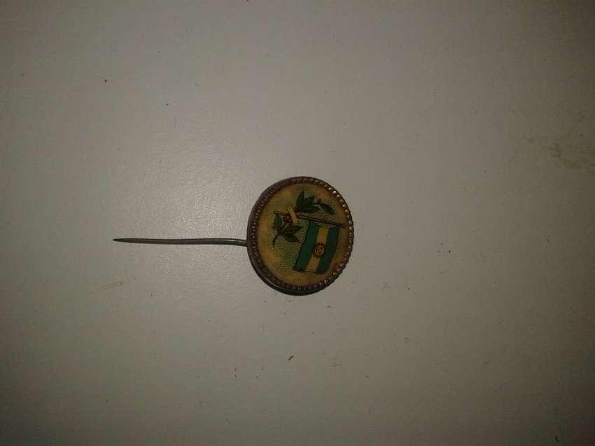 pin metal con pinche antiguo bandera y laurel