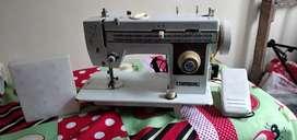 Se vende máquina de coser speedway