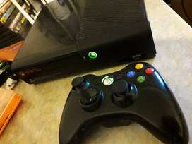 Xbox 360 Slim E con 3 juegos