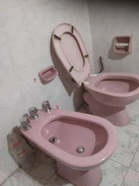 Juego de baño completo: bidet, inodoro con tapa, lavatorio de pie con grifería