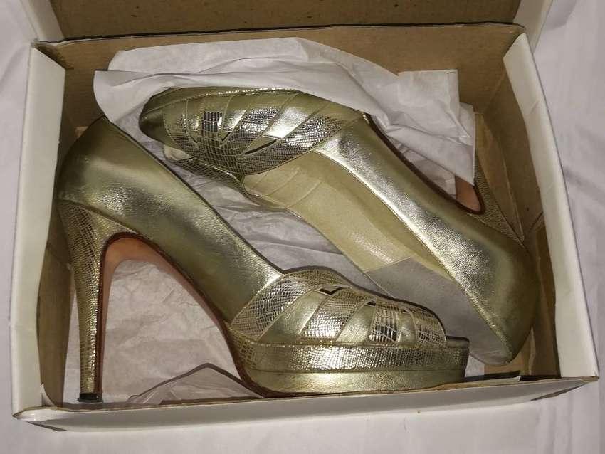 Sandalias doradas para fiesta,de autor número 39/40,impecables 0