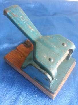 Perforadora de papel ota antigua
