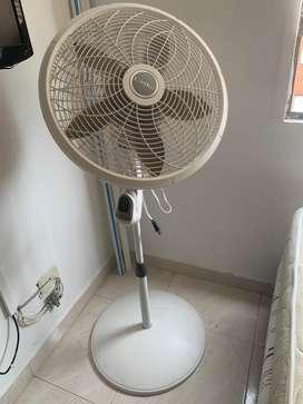 Ventilador de pedestal con control remoro Lasko (usado)