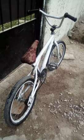 Bicicleta con manubrio original y pedalines