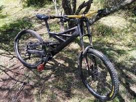 Bicicleta de Downhill Azonic negro mate