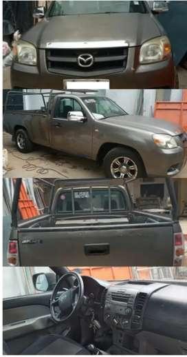 Camioneta Mazda en venda con ambos baldes de madera y original