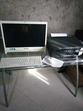 Computador lenovo + escritorio en vidrio