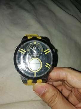 Reloj Q&Q amarillo