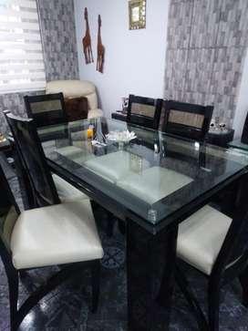 Vendo comedor de seis puestos mesa en vidrio y sus seis sillas en perfecto estado