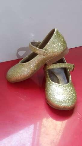 Hermosos zapatos dorados T22