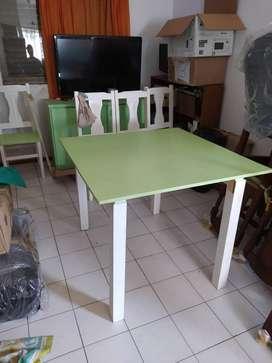Juego de mesa 1m x 1m y 4 sillas de pino blancas y verdes