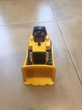 Topador caterpillar a pilas (3AAA) apretas botón rojo y sale para adelante y si choca con algo hace marcha atras