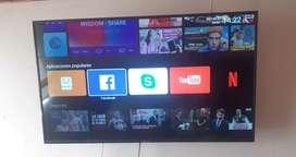 Es un televisor de 50 pulgadas , incluye base a la pared con brazo movible y control con pilas
